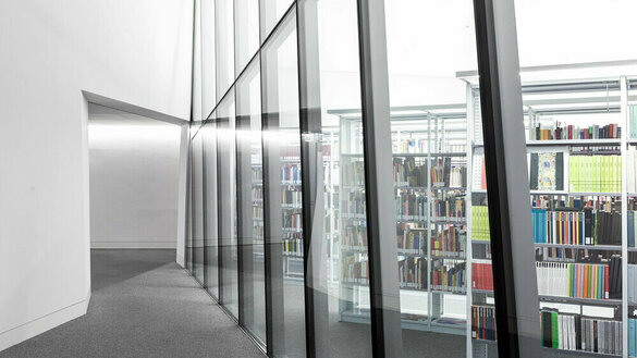 Glastrennwand in Bibliothek